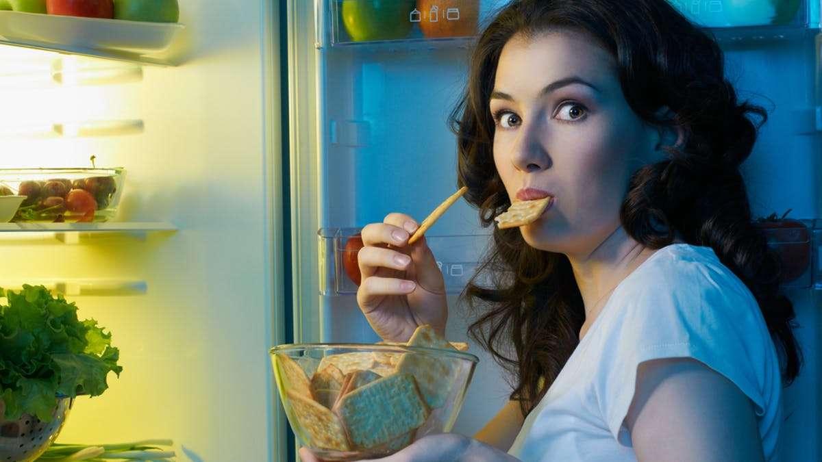Bahaya Hobi Makan Larut Malam